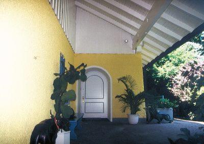 Sonnige Fassadengestaltung eines Einfamilienhauses