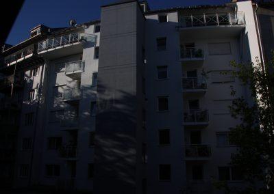 Klassische Fassadengestaltung eines Stadthauses mit einem Farbakzent