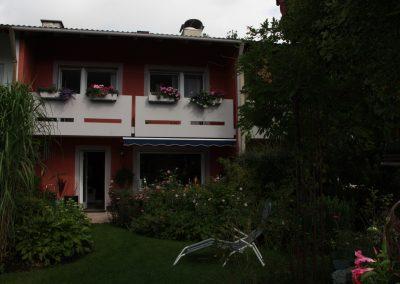 Hervorgehobene Fassadengestaltung eines Reihenhauses
