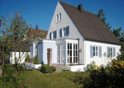 Dezente Fassadengestaltung eines Einfamilienhauses