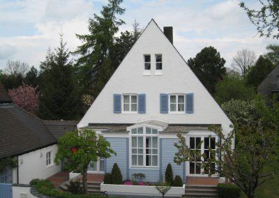Dezente Fassadengestaltung eines Einfamilienhauses (Frontl)