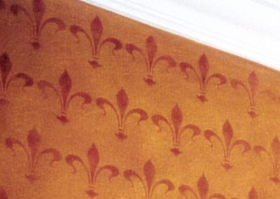 Schablonieren mit einem Lilien-Muster (Detail)