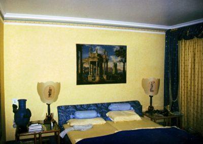 Tapezieren mit Papiertapete und eine Bordüre als krönenden Abschluss für ein vornehmes Schlafzimmer